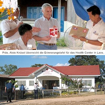 Präsident Alois Knüsel überreicht im November 2012 die Erinnerungstafel für das Health Center in Laos.